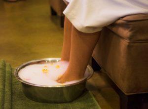 Парить ноги в соленой воде польза и вред