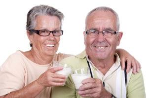 Вред и польза молока для пожилых людей