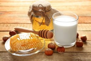Детям молоко с медом на ночь польза и вред